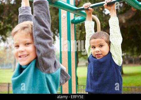 Klettergerüst Zum Aufhängen : Jungs hängen klettergerüst in der schule stockfoto bild