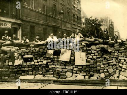 WW2: Barrikaden in der Rue Saint-Jacques, Paris, Frankreich. Möglicherweise errichtet durch die freien französischen - Stockfoto