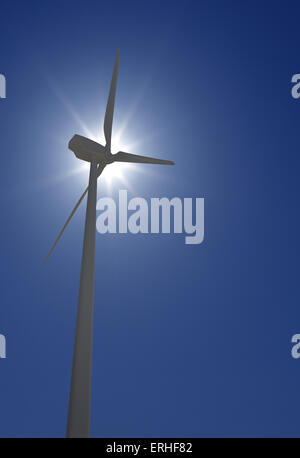 Wind Turbine über Sonnenschein und klarer blauen Himmel - Stockfoto
