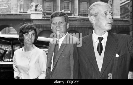 Präsident John f. Kennedy mit Frau Jacqueline Kennedy und Premierminister Harold Macmillan Londons Admiralty House. - Stockfoto