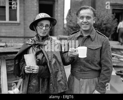 Militärisches Personal machen Sie eine Pause von Inspektion Bombenschäden nach Luftangriff, Solihull, Birmingham, - Stockfoto