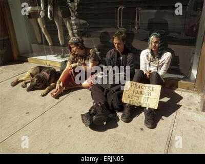 Junge, Obdachlose Jugendliche Betteln auf der Straße in New York City, 2010. - Stockfoto