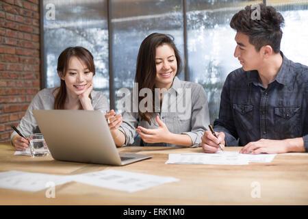 Geschäftsleute mit treffen im Sitzungsraum - Stockfoto