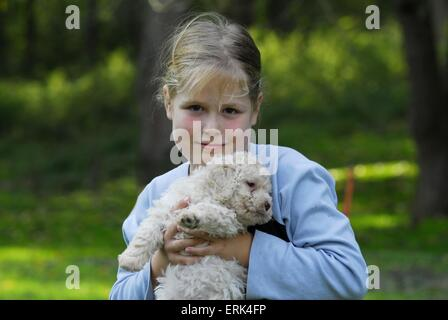 Mädchen mit Welpen - Stockfoto