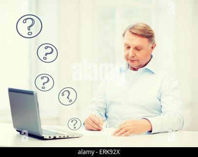 Alter Mann zu Hause ausfüllen - Stockfoto