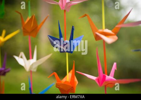 Lebendige Origami-Kraniche - Stockfoto