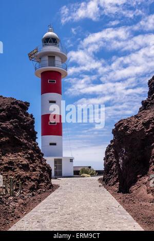 Leuchtturm Faro de Punta de Teno am Ufer des Atlantischen Ozeans auf der Insel Teneriffa - Stockfoto