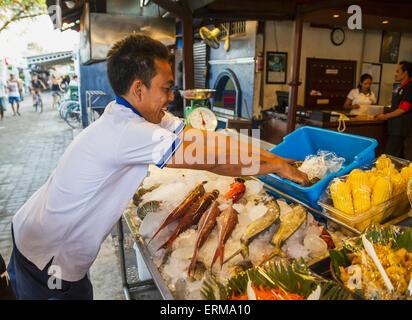 Mann, Puderzucker, frische Meeresfrüchte, Gili Trawangan, West Nusa Tenggara, Indonesien - Stockfoto