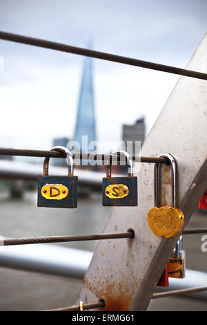 Schleusen platziert auf dem Geländer der Millenium Brücke mit The Shard im Hintergrund; London, England - Stockfoto