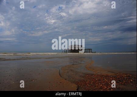 Brighton, UK. 5. Juni 2015. Dunklen Himmel über Brightons West Pier früh als heißes Wetter und Gewitter sind Prognose - Stockfoto
