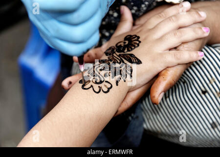henna malerei auf frauen h nde stockfoto bild 152106529 alamy. Black Bedroom Furniture Sets. Home Design Ideas