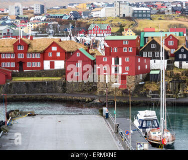 Tórshavn, Färöer Inseln, 7. Februar 2015. Torshavn Hafen hat eine Mischung aus traditionellen und modernen Gebäuden - Stockfoto
