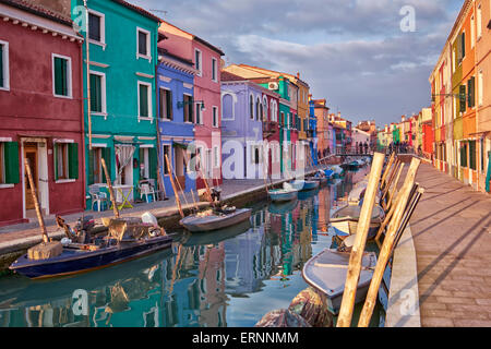Bunte Häuser von Burano in der venezianischen Lagune. - Stockfoto