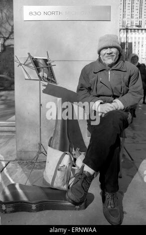 Chicago, IL, 22. Februar 1997: ein Straßenmusikant nimmt eine Pause auf North Michigan Ave. - Stockfoto