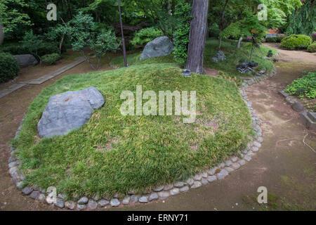 Kitain Garten soll nur von den Tempelbau selbst angesehen werden.  Der Garten ist bepflanzt mit Pflaume, Kirsche - Stockfoto
