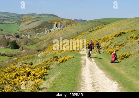 Walker, Radfahrer auf dem Weg auf Challow Hill und Rollington Hill, der nach Corfe Castle nach unten verläuft zu - Stockfoto