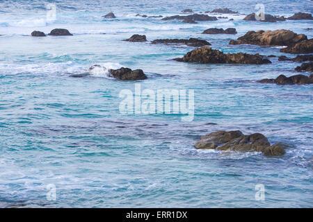 beautful blaue Meer mit Felsen - Stockfoto