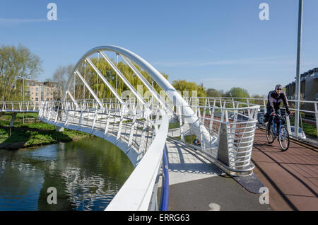 Riverside-Brücke. Fuß- und Brücke eröffnet 2008 kostet £3. 1m, teilweise finanziert durch Tesco - Stockfoto