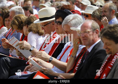 Stuttgart, Deutschland. 7. Juni 2015. Winfried Kretschmann, seine Frau Gerlinde und Heinrich Bedford-Strohm sind - Stockfoto
