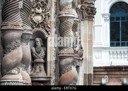Verzierungen an der Fassade der Jesuitenkirche in Quito, Ecuador - Stockfoto