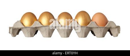 Vier goldene und ein Huhn Eiern auf einem Tablett isoliert auf weißem Hintergrund - Stockfoto