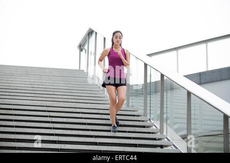 Junge Frau läuft Treppen für Übung - Stockfoto