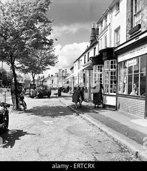 Straßenszene in Beaconsfield, Buckinghamshire. Frauen und junge Mädchen auf der Straße. 7. Mai 1952 - Stockfoto
