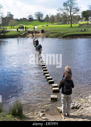 dh Flusses Wharfe WHARFEDALE NORTH YORKSHIRE Kinder Familie Yorkshire Dales stepping Stones Weg Menschen Stein Kind - Stockfoto