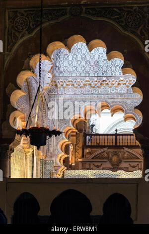Verzierte Hufeisen Bögen und Stuck zu arbeiten, in die große Moschee, La Mezquita, Cordoba, Spanien - Stockfoto