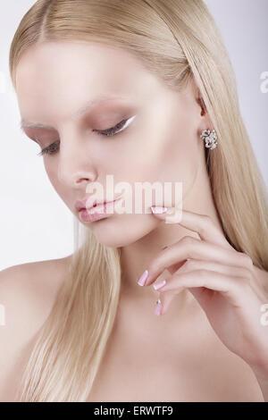 Porträt von nachdenklich wunderschöne blonde Frau - Stockfoto