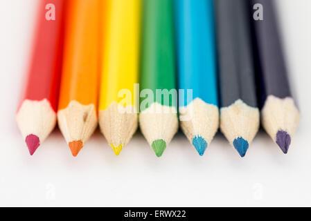 Rot, Orange, gelb, grün und blau Bleistifte in Folge - Stockfoto