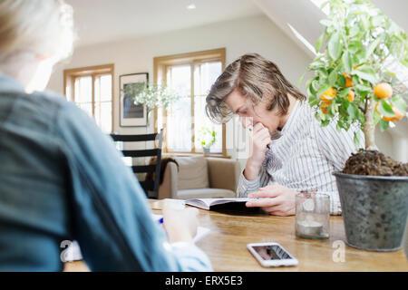 Junger Mann im Restaurant studieren - Stockfoto
