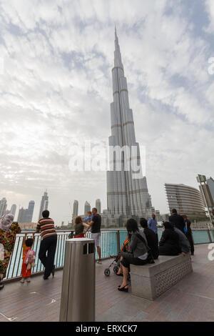 Menschen flanieren und Blick auf Burj Khalifa Tower, Dubai, Vereinigte Arabische Emirate - Stockfoto