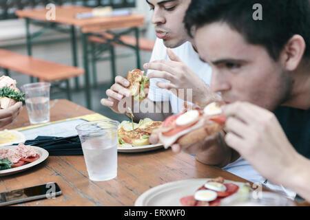Freunde, die Mahlzeit in öffentliche Sitzgelegenheiten im Freien im New Yorker Finanzviertel