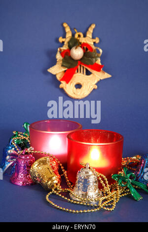 Brennende Kerzen Wand Stück bunte Bell und Bändern in Christmas festival - Stockfoto