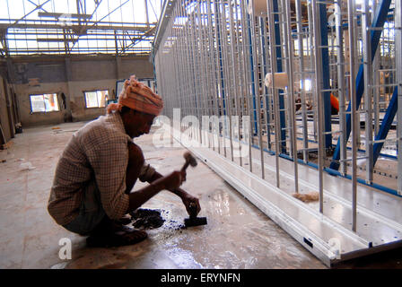 Neue Maschinen in einer Textilfabrik installiert wird; Bombay jetzt Mumbai; Maharashtra; Indien - Stockfoto