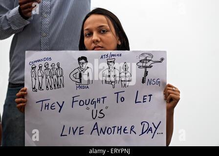 Demonstranten, die Karte nach dem Terroranschlag von Deccan Mudschaheddin halten; Bombay Mumbai; Maharashtra - Stockfoto