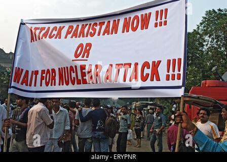 Demonstrant hält Banner nach dem Terroranschlag von Deccan Mudschaheddin in Bombay Mumbai - Stockfoto