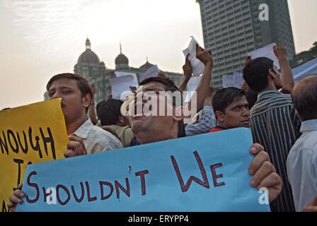 Demonstrant Banner nach Terroranschlag von Deccan Mudschaheddin in Bombay Mumbai zu halten; Maharashtra - Stockfoto