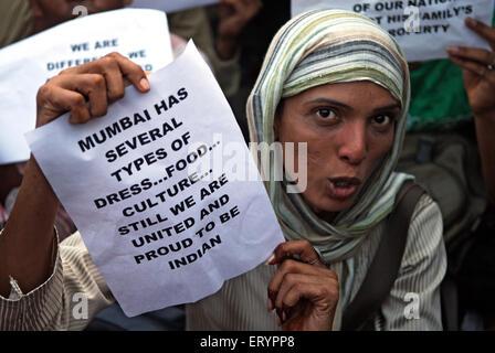 Demonstrant Broschüre nach Terroranschlag von Deccan Mudschaheddin in Bombay Mumbai zu halten; Maharashtra - Stockfoto