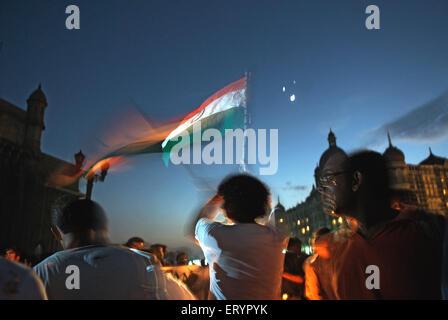 Demonstranten in der Nähe von Hotel Taj Mahal nach Terroranschlag von Deccan Mudschaheddin in Bombay Mumbai - Stockfoto