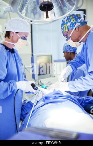 Chirurgen, die Durchführung der Operation im OP-Saal - Stockfoto