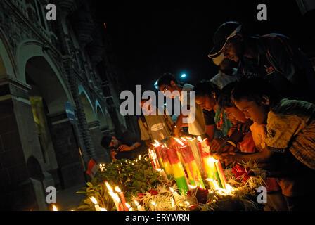 Menschen Anzünden von Kerzen in Erinnerung an den Terror Angriff; Bombay; Mumbai; Maharashtra; Indien NOMR - Stockfoto