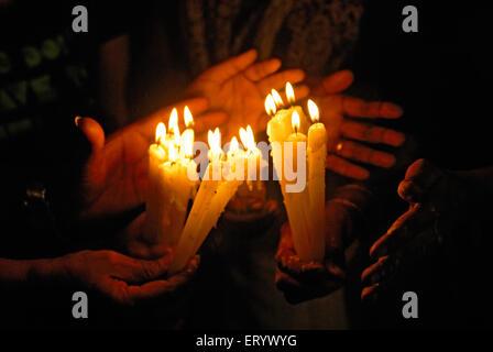 Menschen Anzünden von Kerzen in Erinnerung an den Terror Angriff; Bombay; Mumbai; Maharashtra; Indien - Stockfoto
