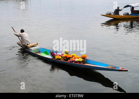 Kashmiri Blume Verkäufer Kanu im dal-See. Srinagar; Jammu und Kaschmir; Indien - Stockfoto