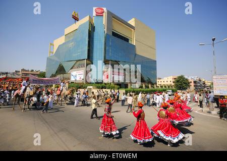 Gher Volkstänzer bei Marwar Festivals; Jodhpur; Rajasthan; Indien - Stockfoto