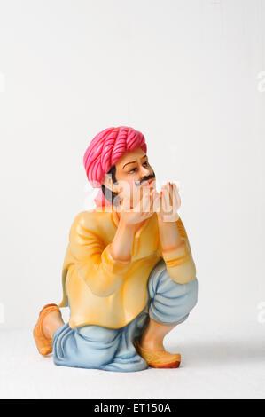Tonfigur; Statue von Rajasthani Mann posiert für Trinkwasser - Stockfoto