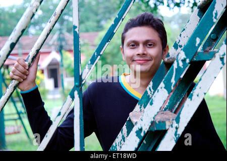 Indische Jungen schauen durch Garten Leiter Indien Herr #782 W - Stockfoto