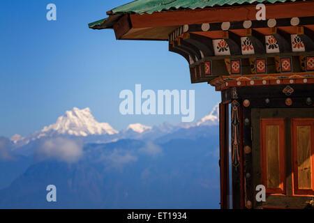 Traditionelle Architektur in Bhutan mit Masang Gang auf 7,194 Meter in den östlichen Himalaya. Bhutan. - Stockfoto