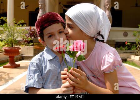 Schwester küssen Bruder feiert parsi Neujahr in Brand Tempel, Bombay, Mumbai, Maharashtra, Indien - Herr #736 s - Stockfoto